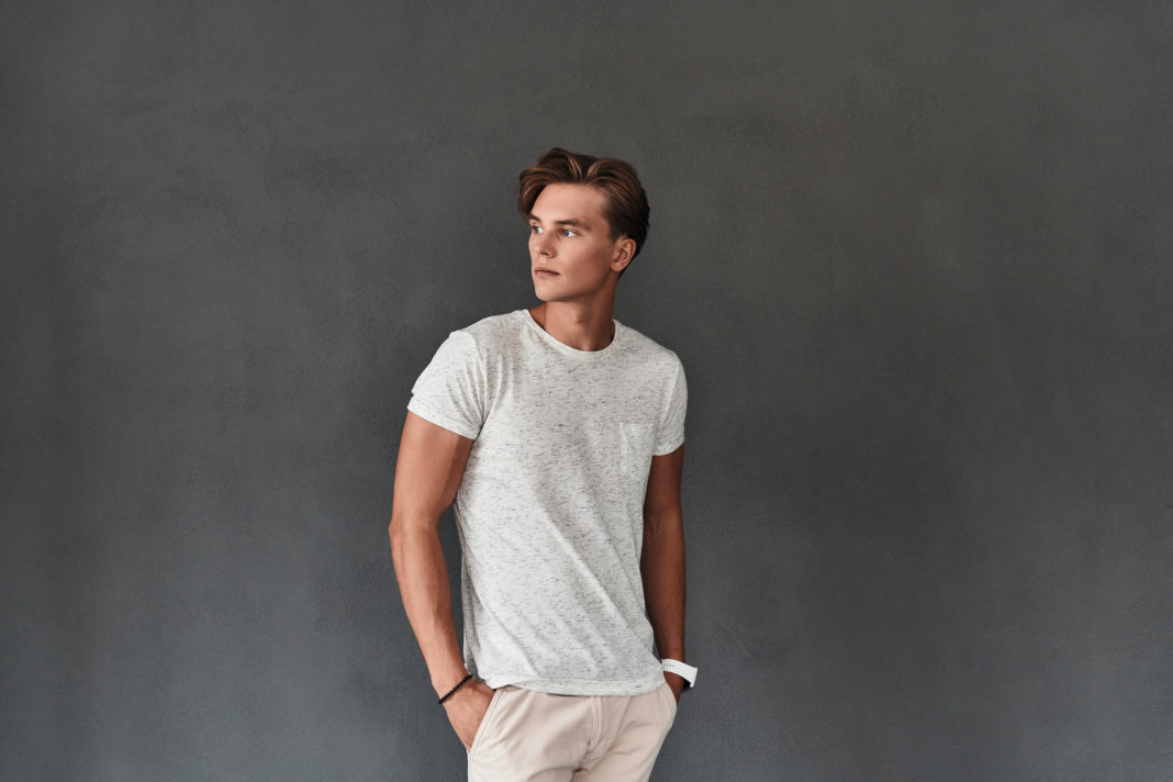 Koszulki męskie z nadrukiem i gładkie - podstawa męskiego stylu.