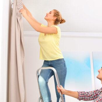 Karnisze sufitowe – 3 powody, dla których warto zamontować je w domu