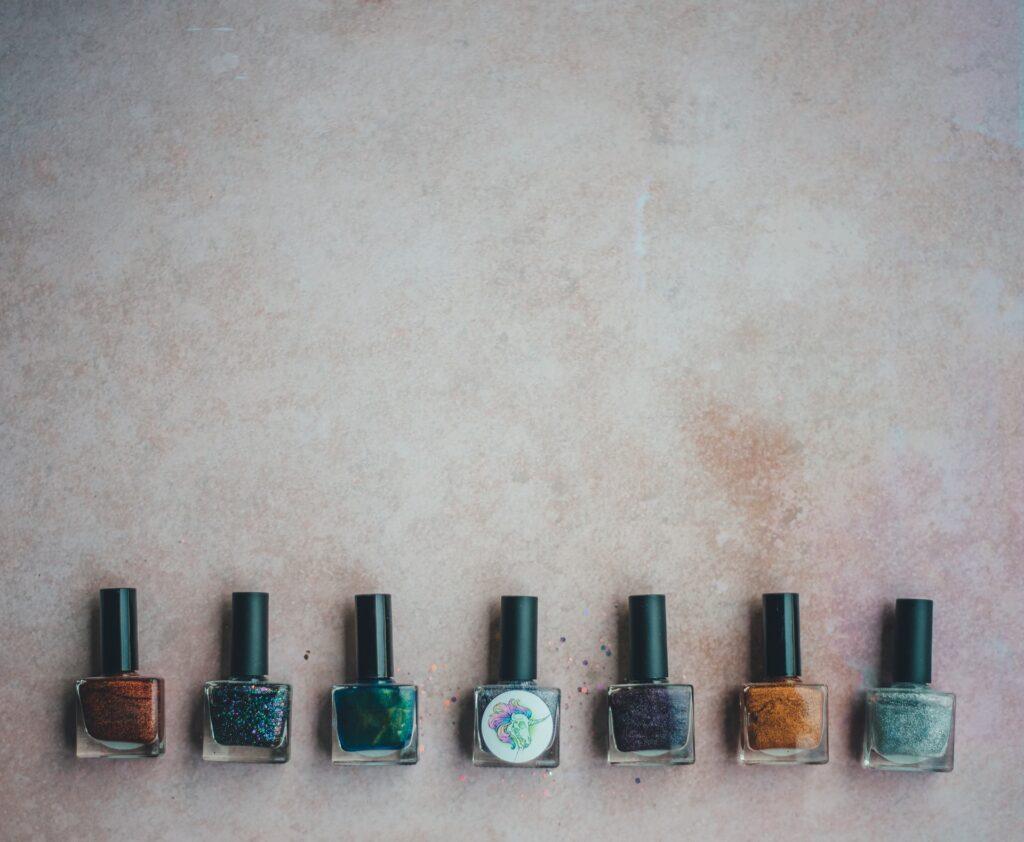 Dobieramy kolor lakieru do paznokci do kształtu, odcienia skóry, okazji, ubrania